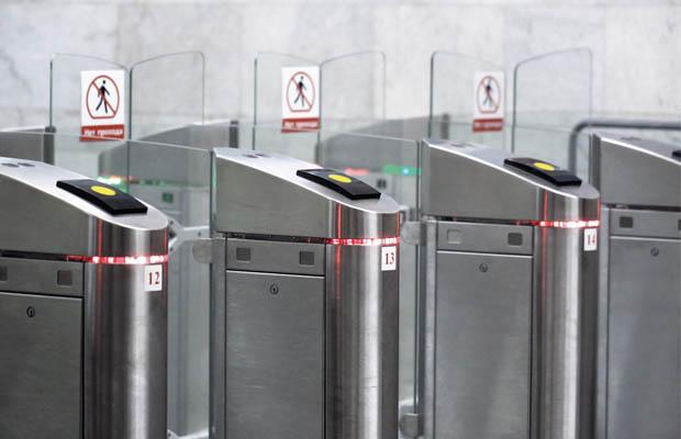 На 86 станциях Московского метро обновят 1300 турникетов